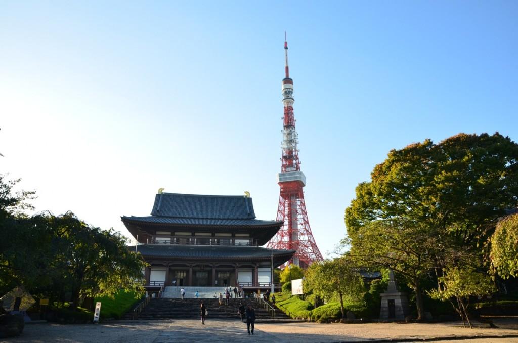 De hal van de Zojo-ji tempel op de voorgrond is gebouwd in 1974, Tokyo Tower op de achtergrond is uit 1958. Foto: Jephta Dullaart, 2012 - www.newurbanity.com