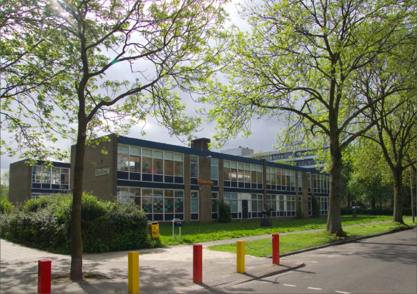 School aan de Wevelaan in Utrecht in de huidige staat is uit duizenden herkenbaar als jarenzestigschool. De gemeente Utrecht wil het schoolgebouw hergebruiken als overlooplocatie voor meerdere basisscholen in de omgeving.