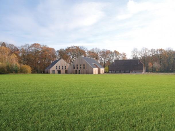 Erve Oostermaet, ontworpen door Franz Ziegler. Dit project laat zien hoe nieuwbouw, samen met de herbestemde oorspronkelijke boerderij, een nieuw erf kan vormen dat past in de bestaande landschappelijke structuur.