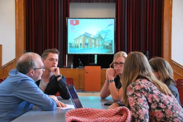 Rudy Stroink in gesprek met studenten tijdens Week van het Lege gebouw. foto: Johannes van Assem