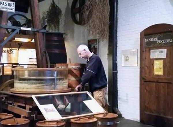 Mosterd wordt bereid in het Gildehof, Doesburg