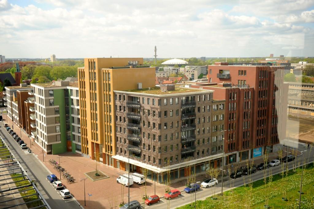 Moderne bebouwing (stadswoningen) en infrastructuur Strijp-S. Bron: Marco Derksen.