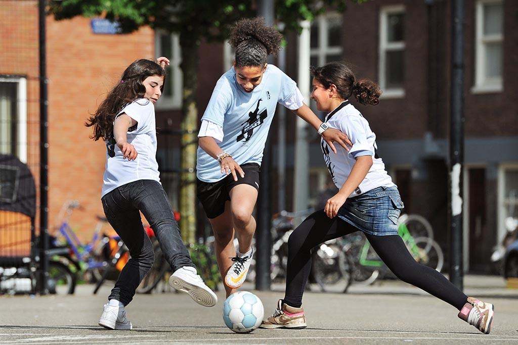 Passeerbewegingen bij een straatvoetbalclinic op het Balboaplein. Foto: Guus Dubbelman / Imagine IC