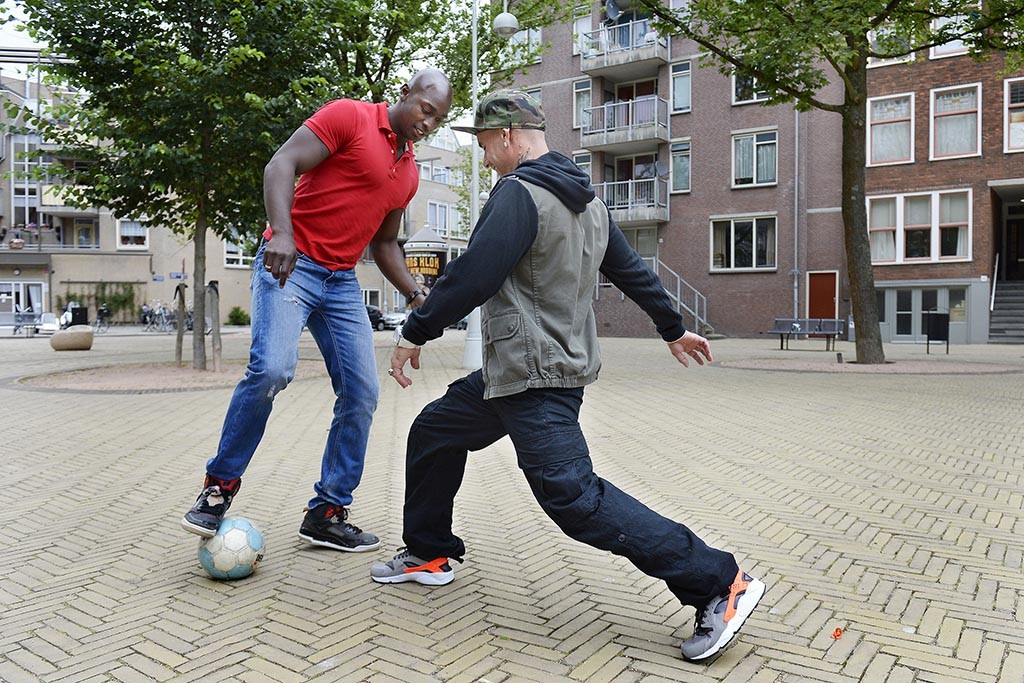 Straatvoetballers Lorenzo 'Lenny' Netteb en Edward 'Edje' van Gils op het Iepenplein. Foto: Guus Dubbelman / Imagine IC