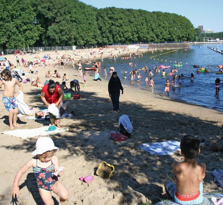 De Sloterplas op een zomerse dag. Foto uit publicatie 'Amsterdam Nieuw-West, Parkstad of stadswijk'