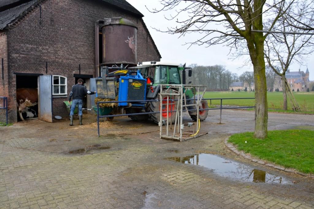 Pachthoeve van Kasteel Heeswijk, waar al vijf eeuwen wordt geboerd. Op de achtergrond het kasteel. Foto: auteur