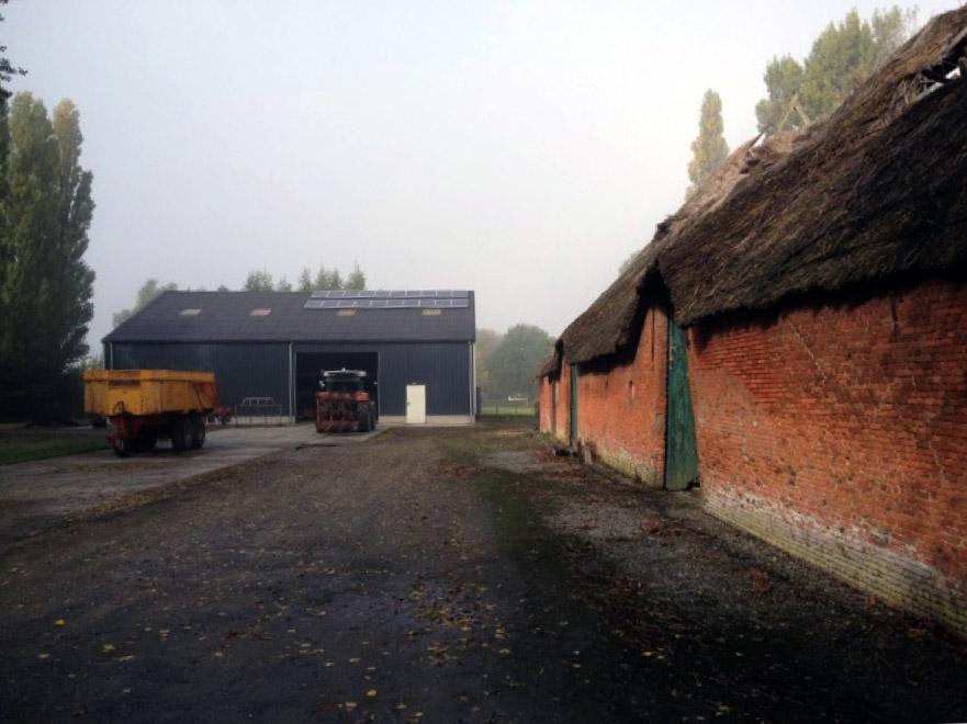 nieuwe boerenschuur naast historische schuur